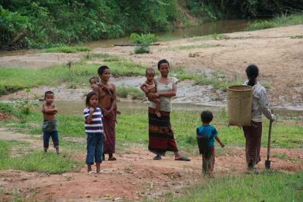Kvinner og barn på vei ut i skogen for å plukke sopp og finne frukt