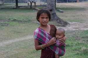 Det er vanlig at barn passer yngre søsken mens mødrene er ute å finner mat