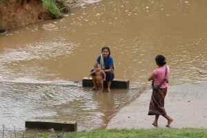 Kvinner møtes ved elva