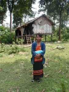 Et av barna til denne kvinnen får hjelp til grunnskoleutdanning av SSPL (School Support Project Laos)