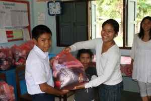Våre venner Pen og hennes datter Boa samt Kine var med på skoleutdeling i forrige uke