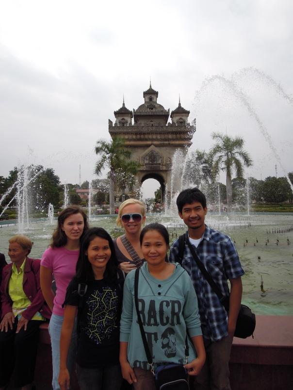 Ved Patousay Monument. Bak fra venstre: Åse, Gro, Somchai, Lek  og Nid