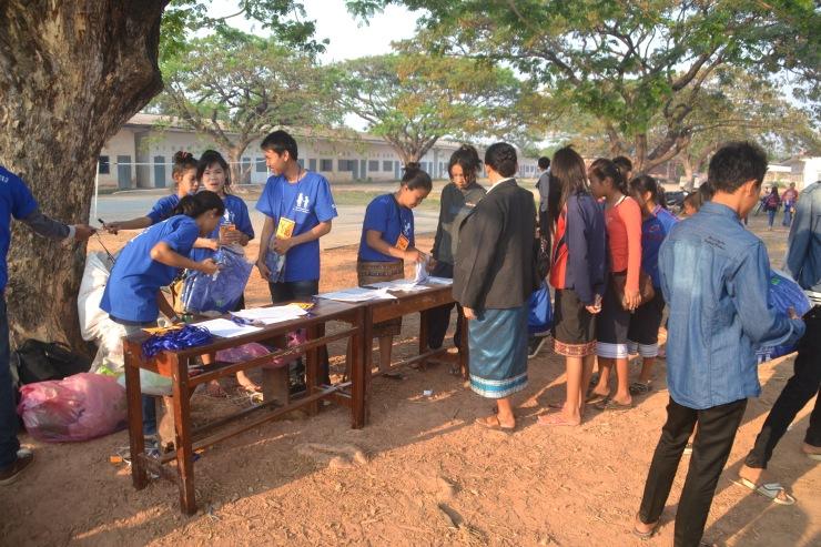 Nid og Lek registrerte elever, plasserte de i grupper og delte ut skjorter.