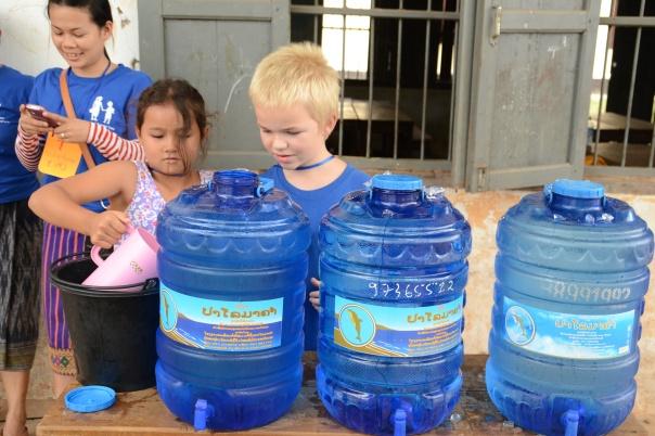 Disse to frivillige hadde ansvar for at vannet skulle være kaldt.