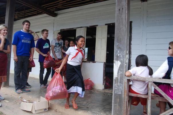 Aldri har vi sett så stolte barn som når de hadde motatt skolepakken sin fylt med skrivesaker, uniform og toalettsaker.
