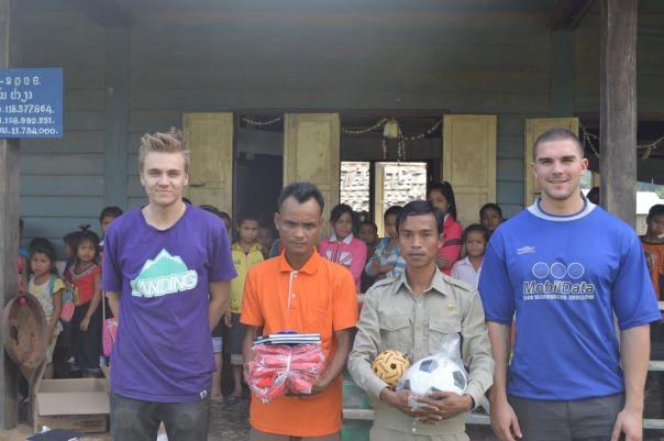 Espen og Jostein sammen med lærer og en ansatt ved det lokale skolekontoret.