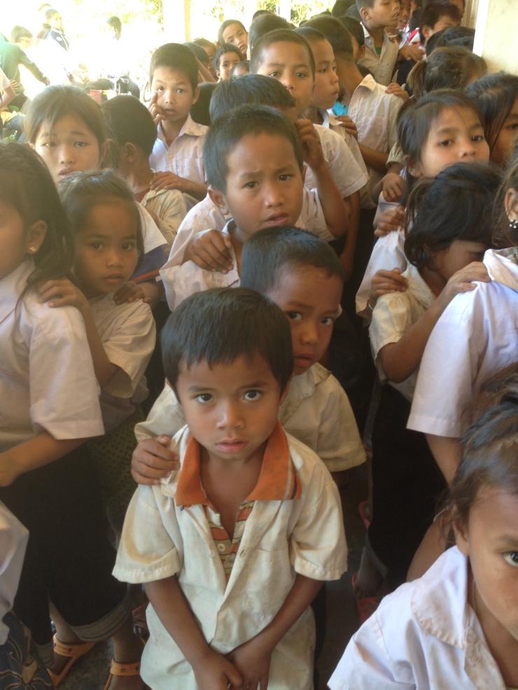 Elever på skolen venter spent på å få nye skoleklær.