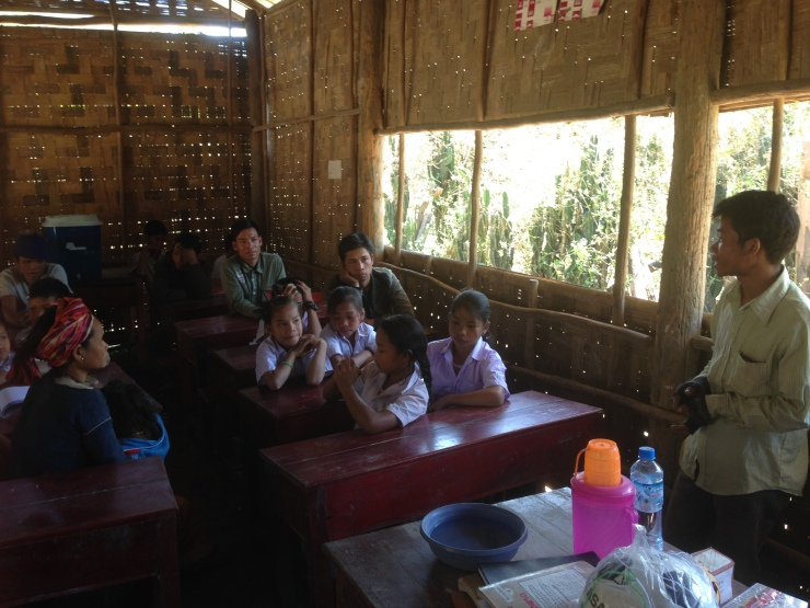 Lamngøn er virkelig en lærerpioner og er alene lærer på skolen som ligger langt inne i den mørke jungelen.