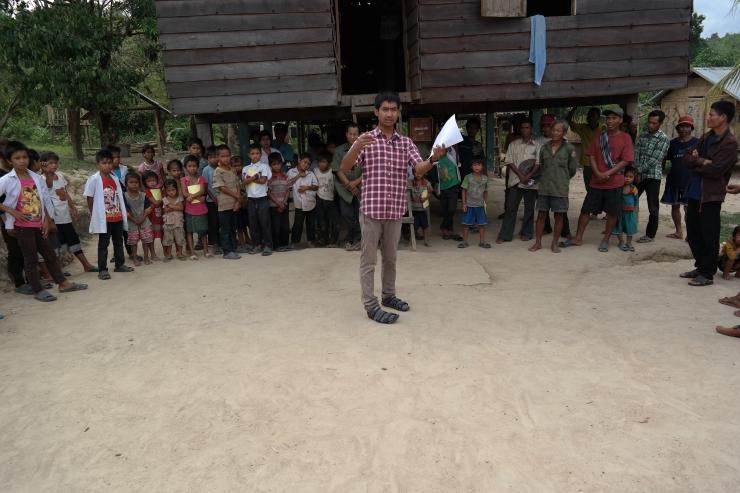 Her har vi Somchai som informerer om hvordan vi tenker å gå frem på skoleutdelingen