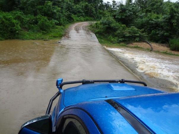 Nå i regntida kan det være utfordrende men spennende å kjøre over disse elveovergangene. Det har hent at det har regna så mye mens vi har vært på hjemmebesøk at vi ikke har kommet oss over elva på vei hjem og derfor måtte overnatte hos familien.