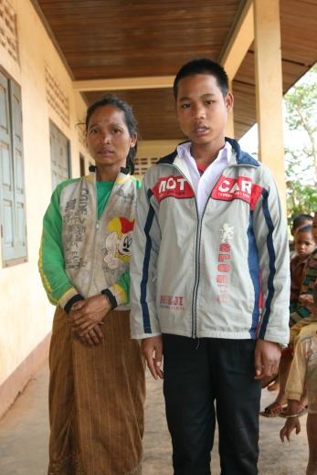 Dette bildet ble tatt av Bondi og mor mens han gikk på barneskolen. Han har akkurat fått utlevert nye skoleklær fra oss. Sannsynligheten er stor for at dette er første gang de blir tatt bilde av